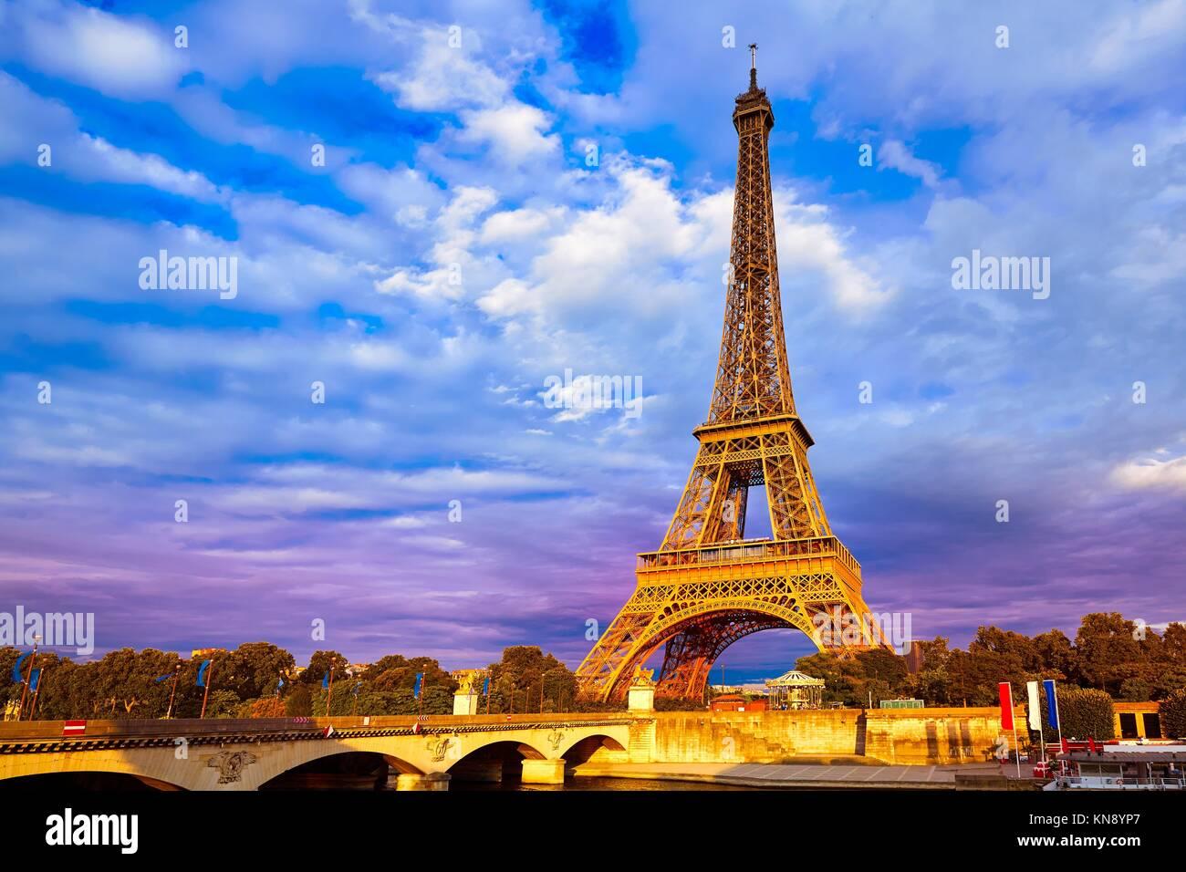 Eiffelturm bei Sonnenuntergang in Paris, Frankreich. Stockbild