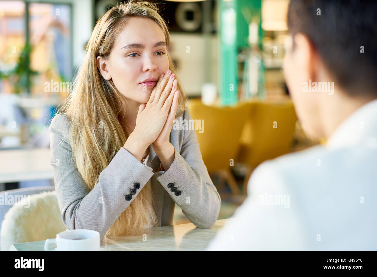 Blonde Junge Geschäftsfrau im Cafe Stockbild