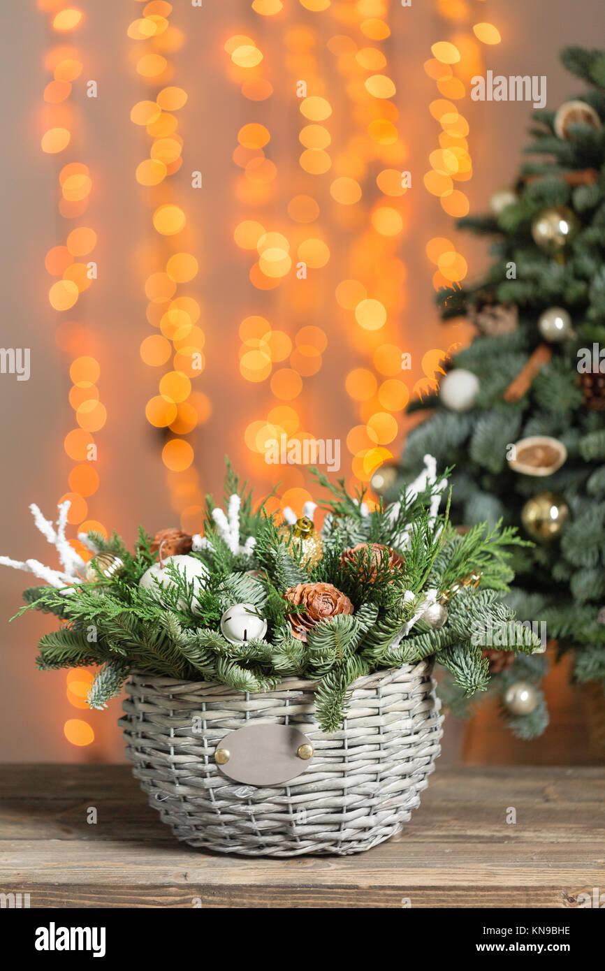 Schöne Weihnachten Zusammensetzung in einem Weidenkorb auf ...