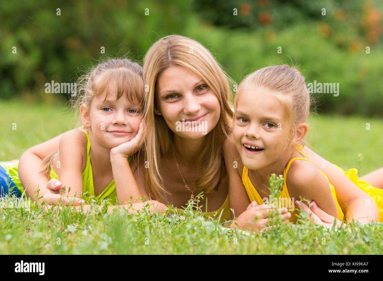 Mother Daughter Lie On Grass Stockfotos & Mother Daughter Lie On ...