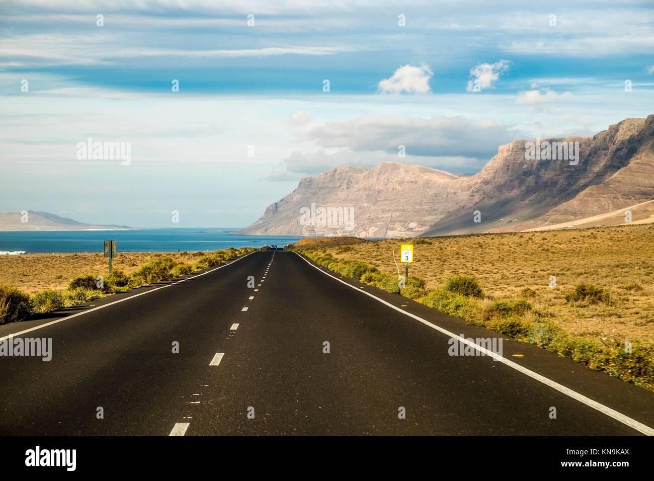 Straße im Vulkangebiet von Lanzarote, Kanarische Inseln, Spanien. Stockbild