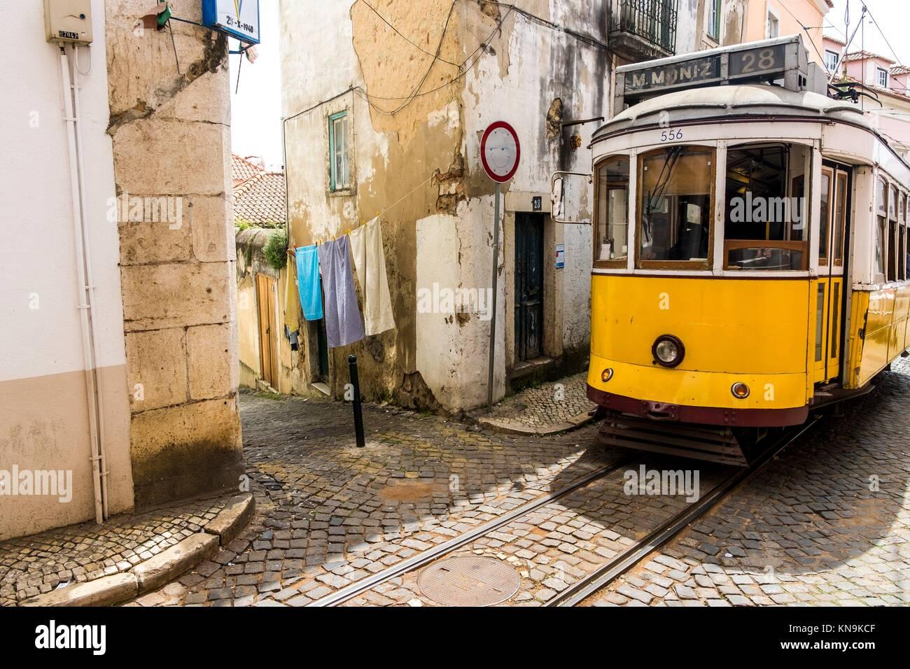 Klassische Straßenbahnlinie 28 im Stadtteil Alfama in Lissabon Portugal. Stockbild