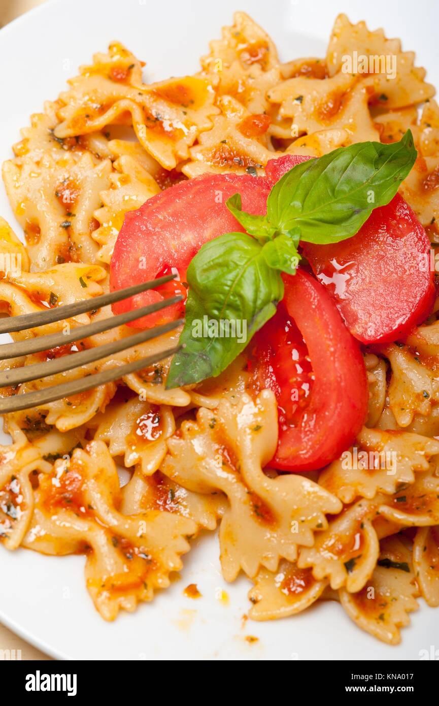 Italienische pasta farfalle schmetterling bow tie mit for Weisse holztische
