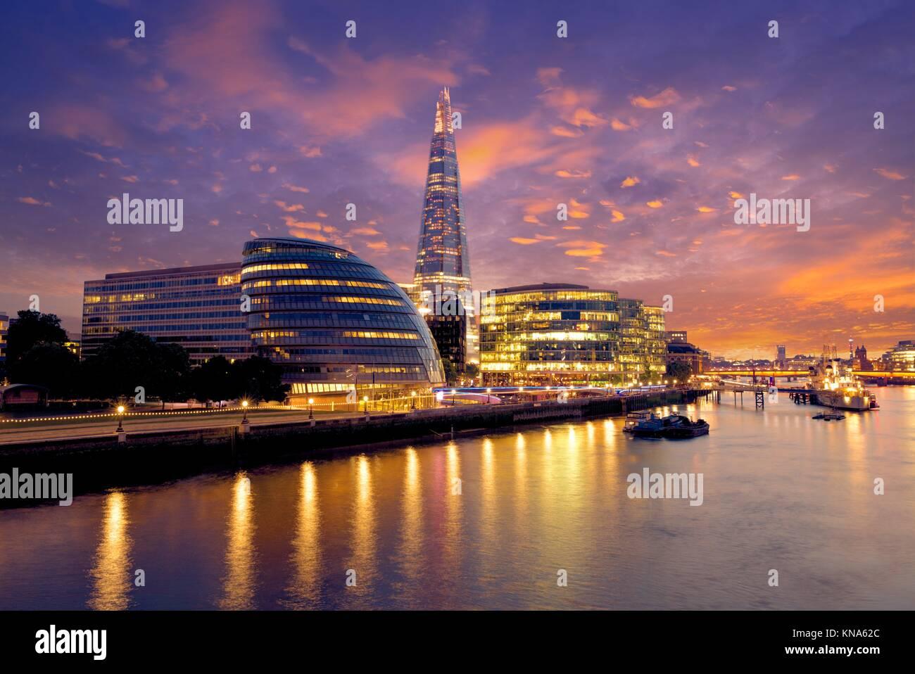 London Skyline Sonnenuntergang Rathaus und Shard auf der Themse. Stockbild