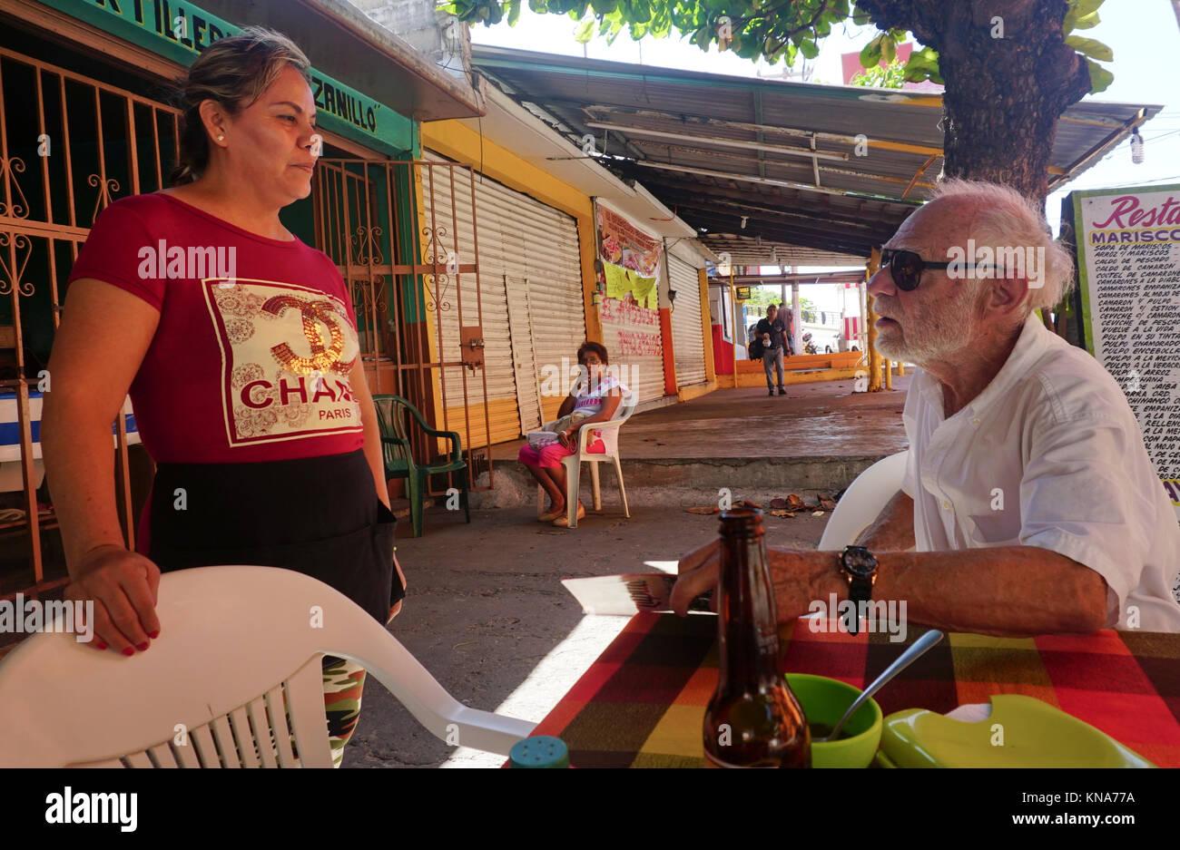 Acapulco Essen mexikanische mann essen bestellen im restaurant acapulco mexiko