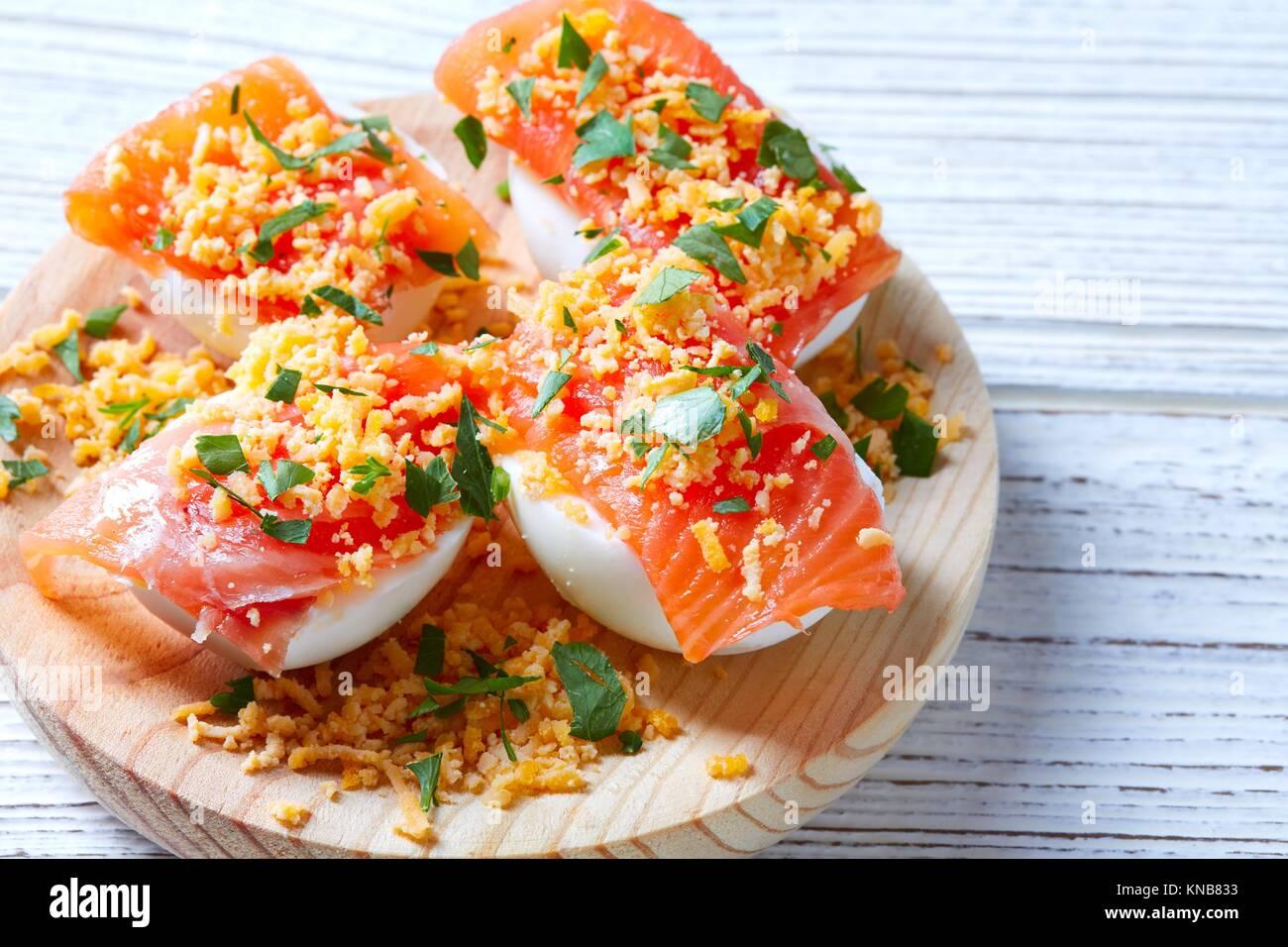 Gefüllte Eier mit Lachs pinchos Tapas aus Spanien Rezepte pintxos. Stockbild