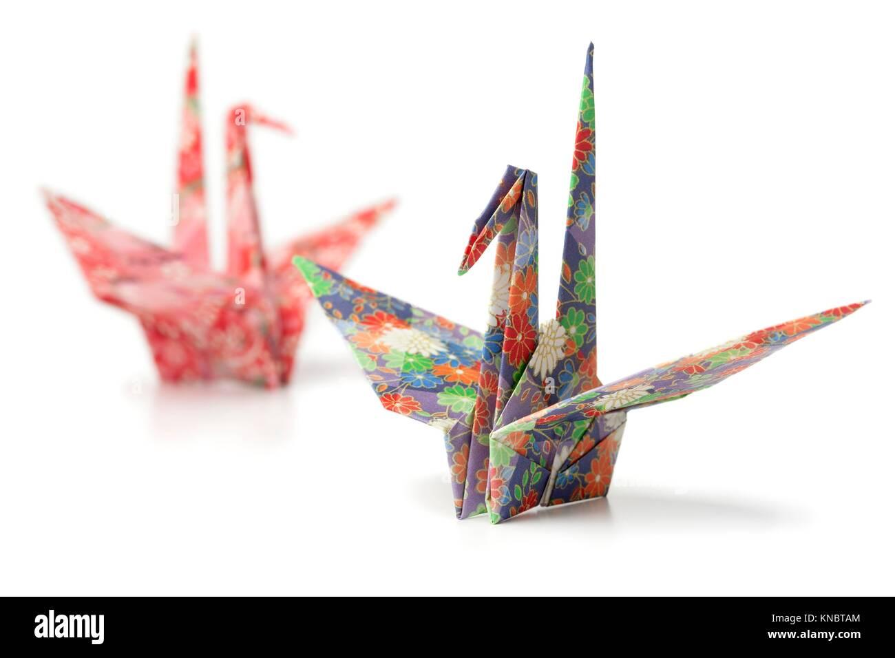 Zwei origami Papier Kran Vögel auf weißem Hintergrund. Stockbild