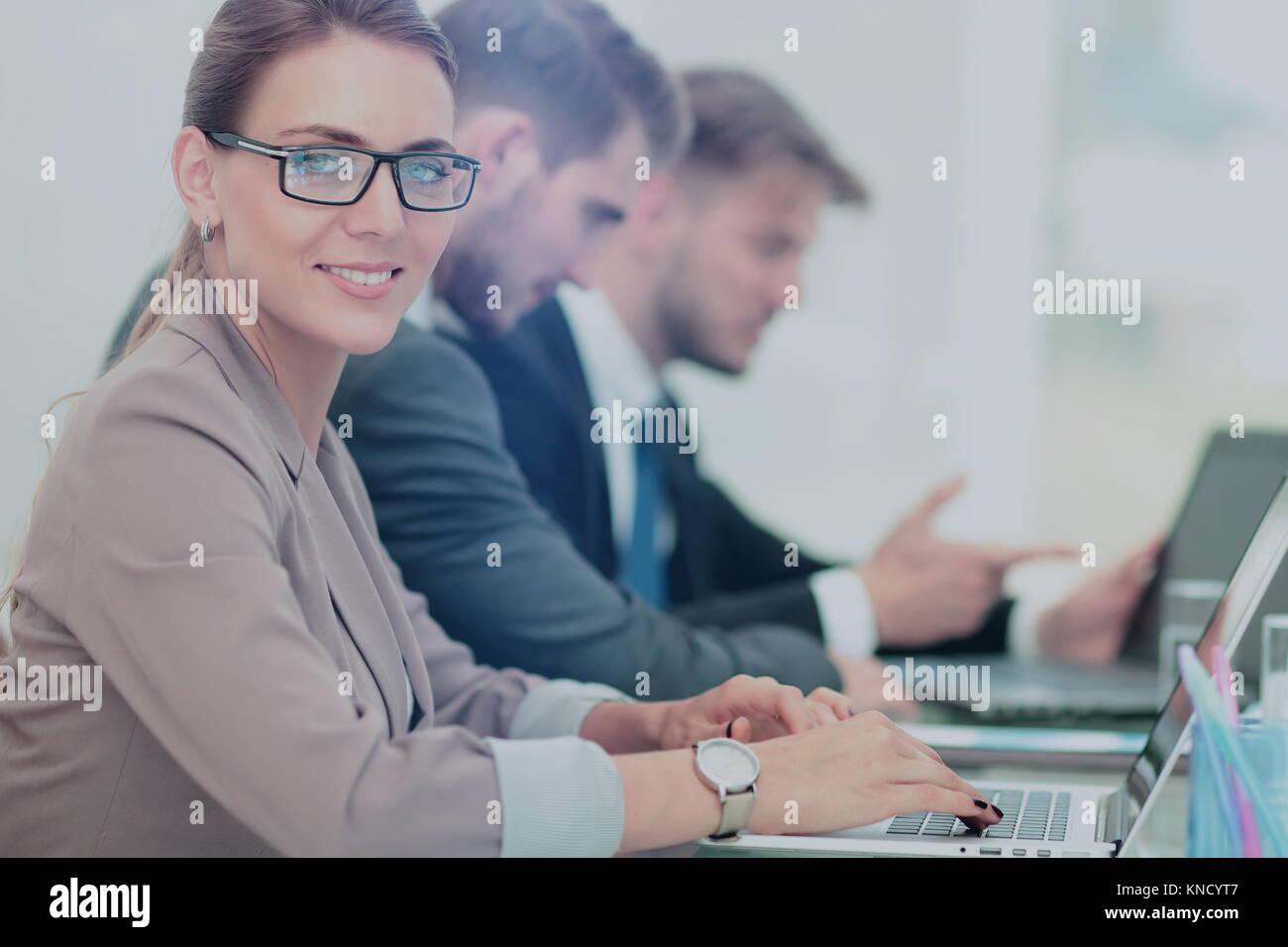 Geschäftsleute auf Laptop in einem Büro arbeiten Stockfoto