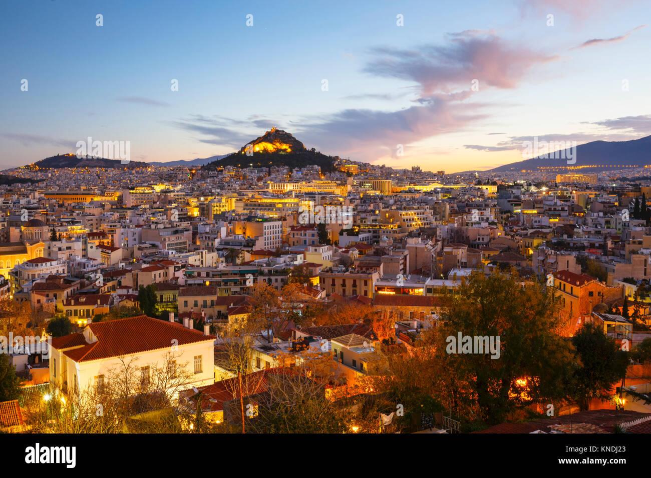 Blick auf den Lycabettus Hügel von anafiotika Nachbarschaft in der Altstadt von Athen, Griechenland. Stockbild