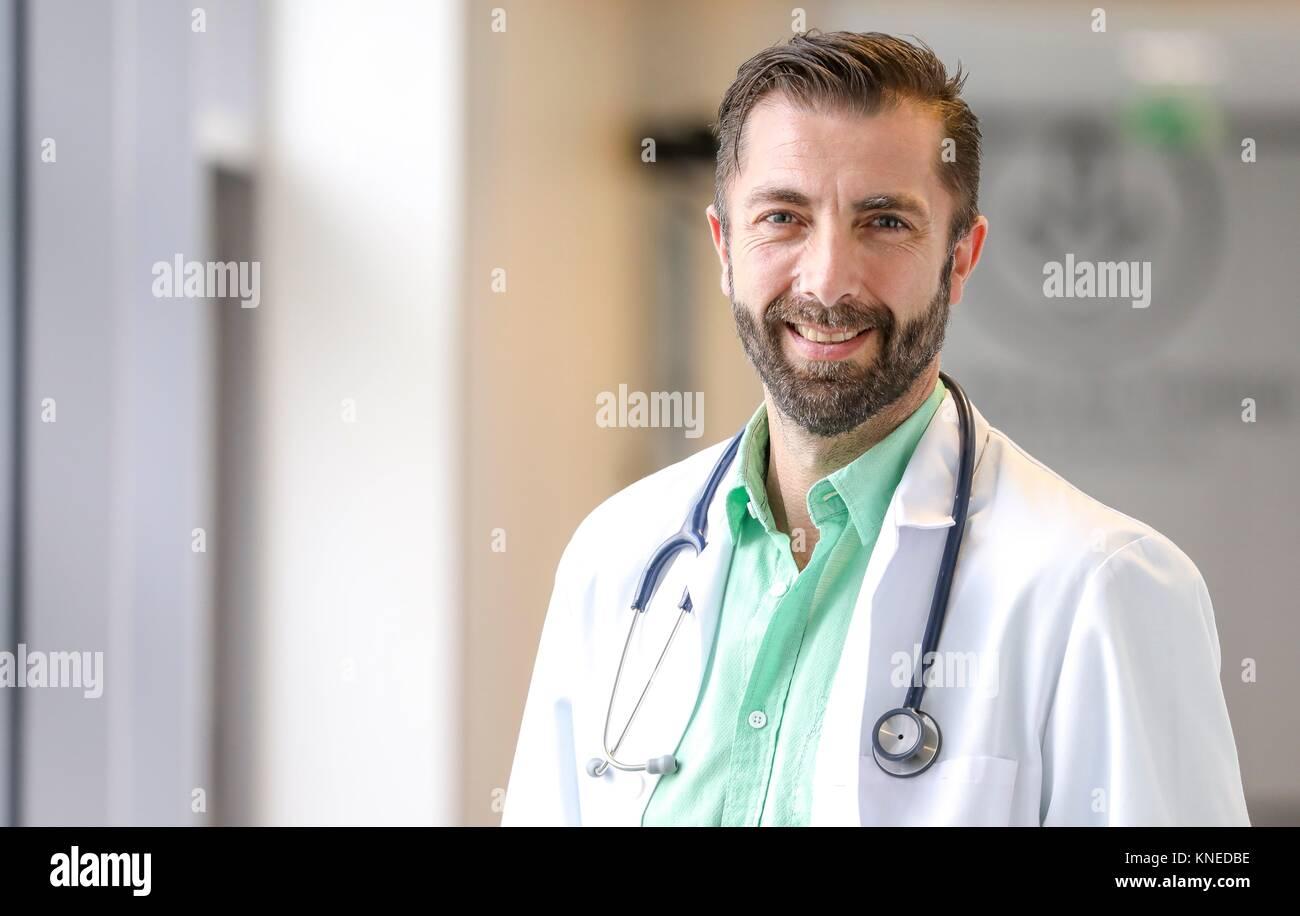 Arzt im Korridor, Krankenhaus Stockbild
