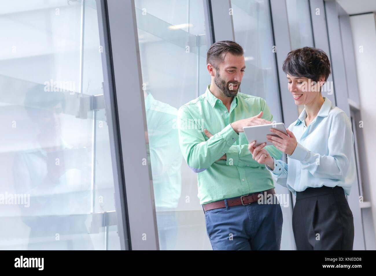 Executive Paar mit Tablet Stockbild