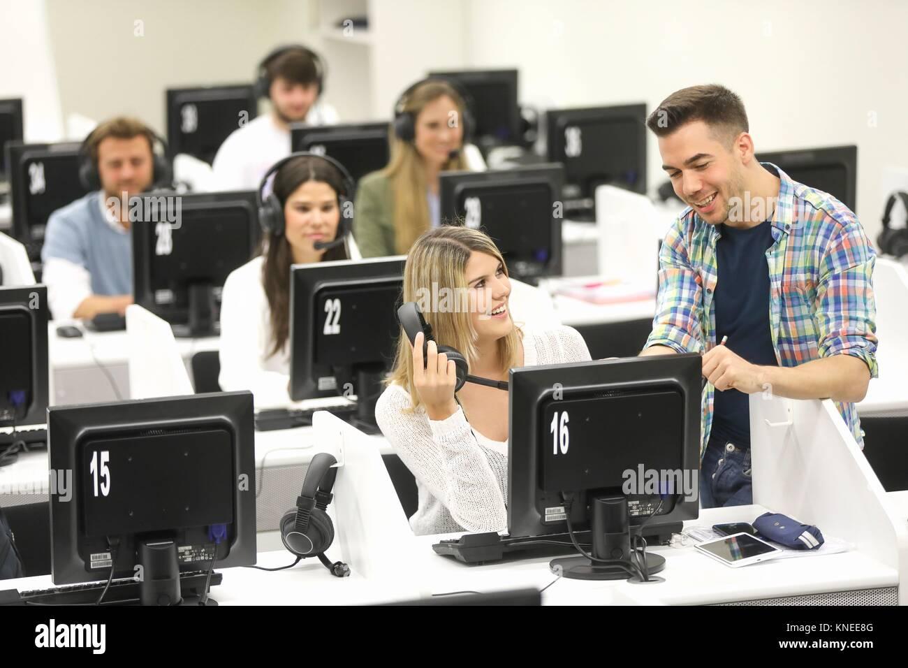 Studenten im Sprachlabor, Sprache, Schulungsraum, Universität des Baskenlandes, Donostia, San Sebastian, Gipuzkoa, Stockbild