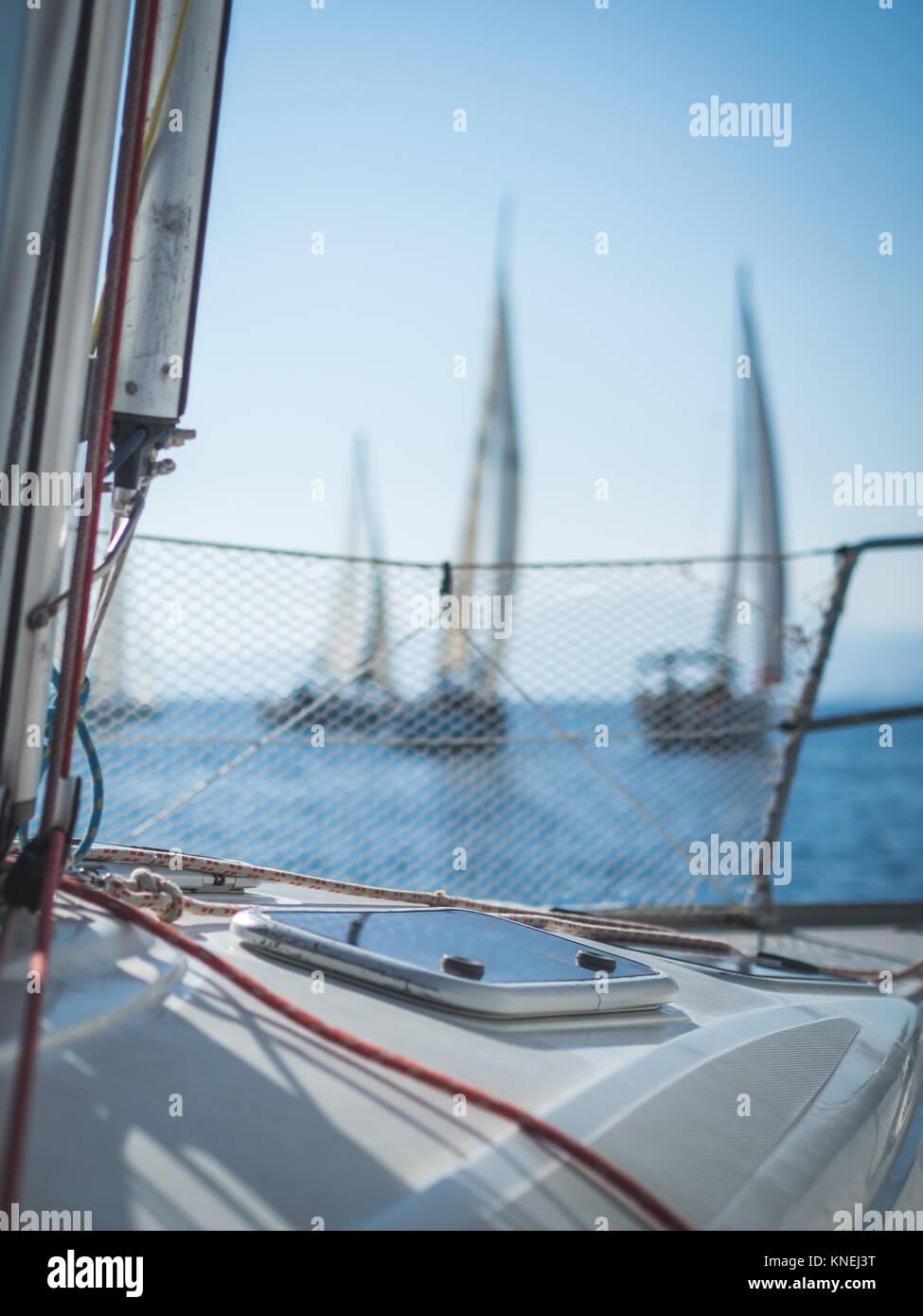 Fenster Luke auf einem Segelboot und Boote Racing im Hintergrund, Kavala, Griechenland Stockbild