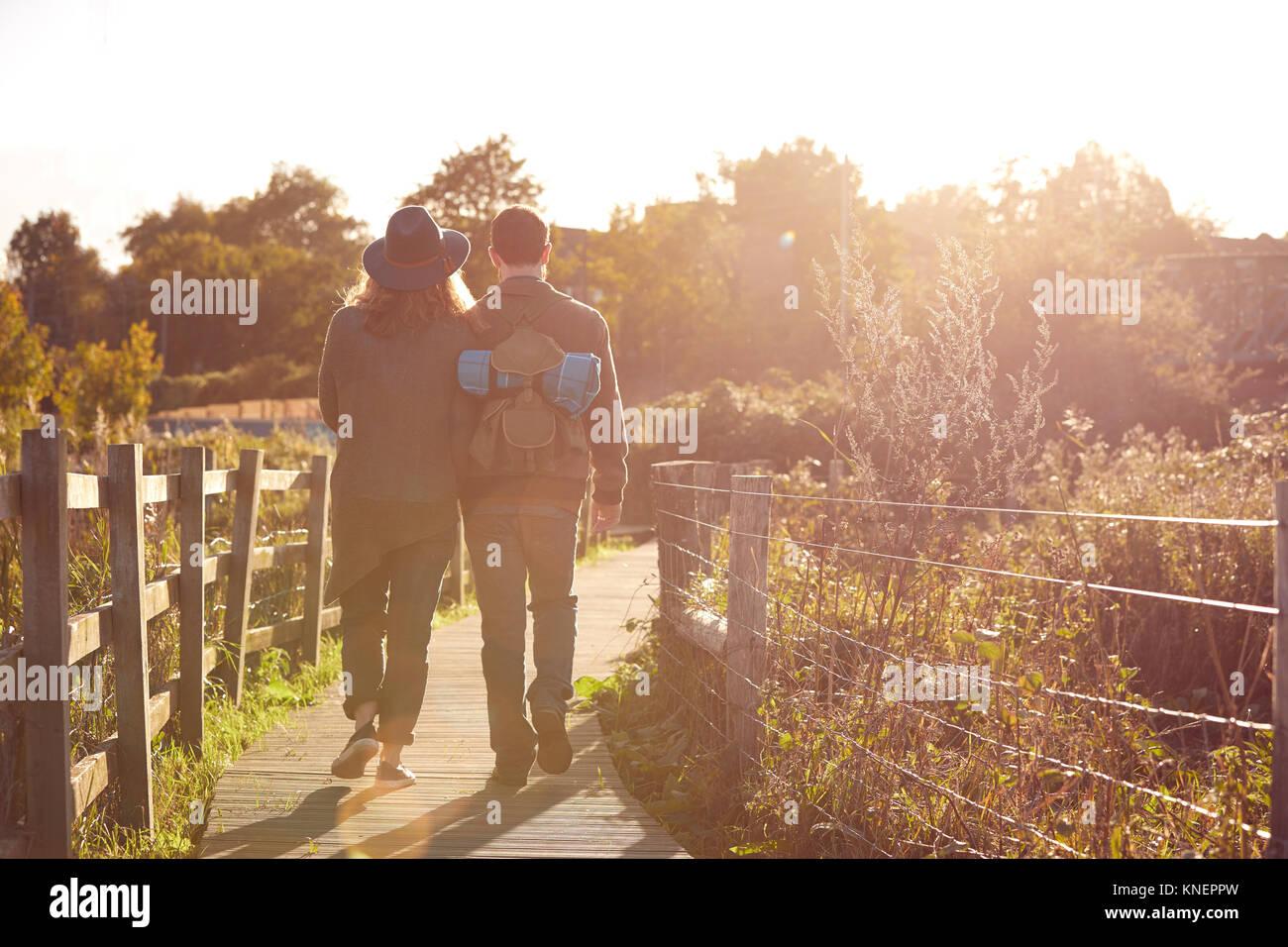 Paar beim Spaziergang auf sümpfen Stockbild
