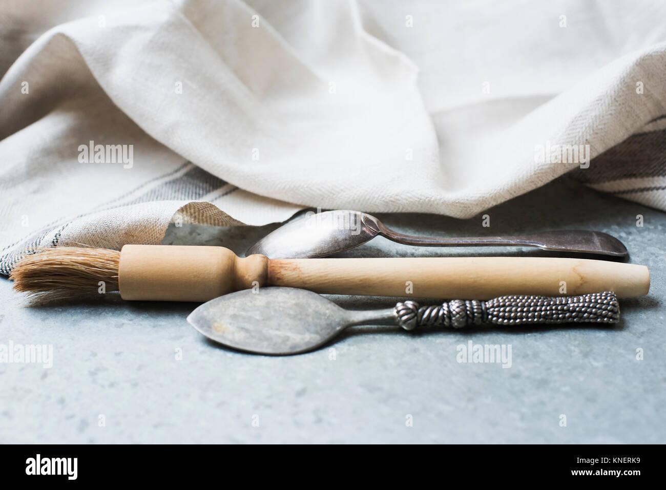 Gebäck Pinsel und Löffel auf den Küchentisch, close-up Stockfoto