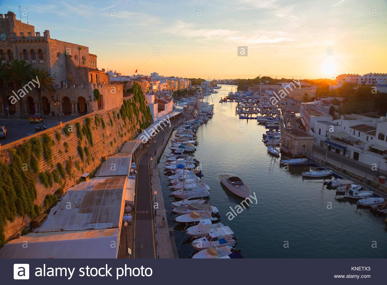 Blick auf den historischen Hafen Waterfront und Rathaus bei Sonnenuntergang, Ciutadella, Menorca, Balearen, Spanien Stockbild