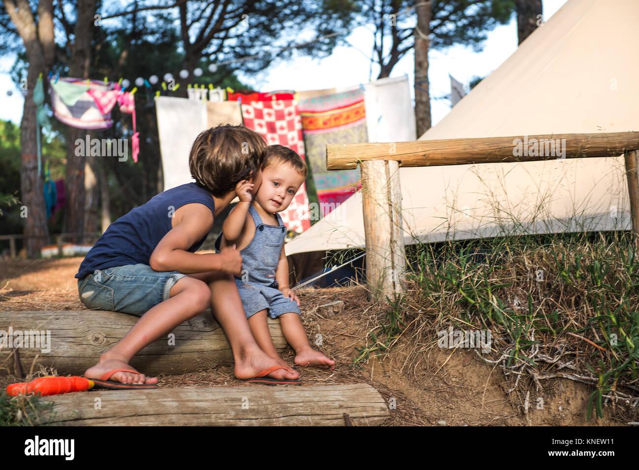 Männliche Kleinkind auf Backe durch seinen großen Bruder am Campingplatz küsste Stockbild