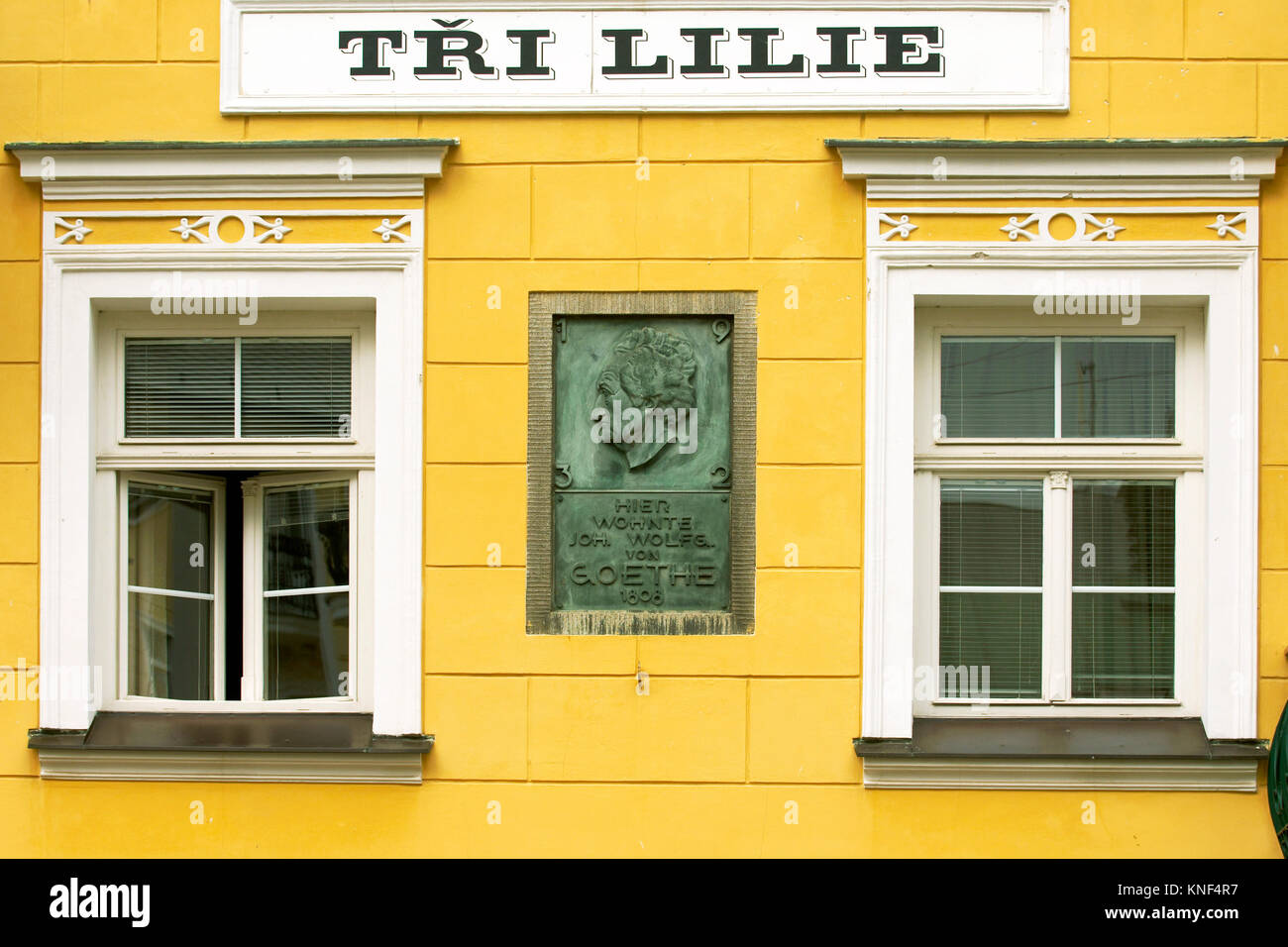 Tschechien, Böhmen: Franzensbad, Norodni Tr., Nationalstrasse, Fassade des Hotel Tri Lilie mit der Gedenktafel Stockbild
