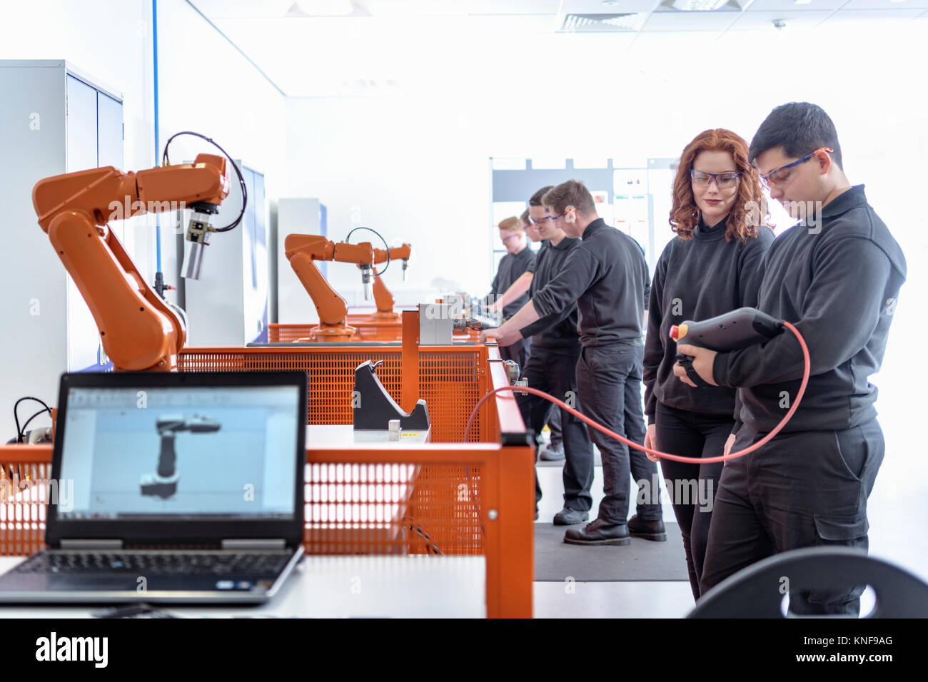 Robotik Lehrlinge mit test Industrieroboter in der Robotik facility Stockbild
