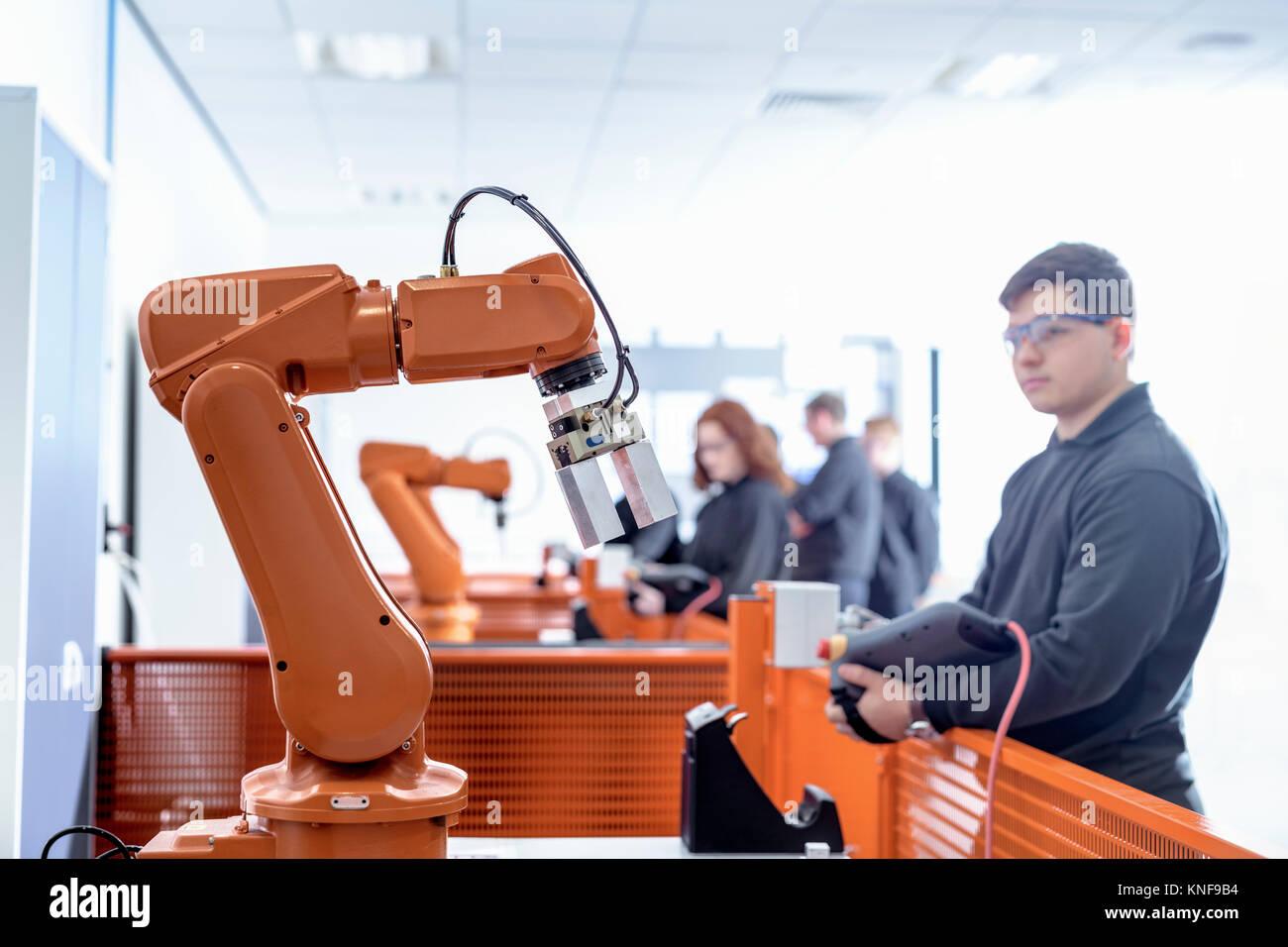 Robotik Lehrling mit Roboter in der Robotik facility Stockbild