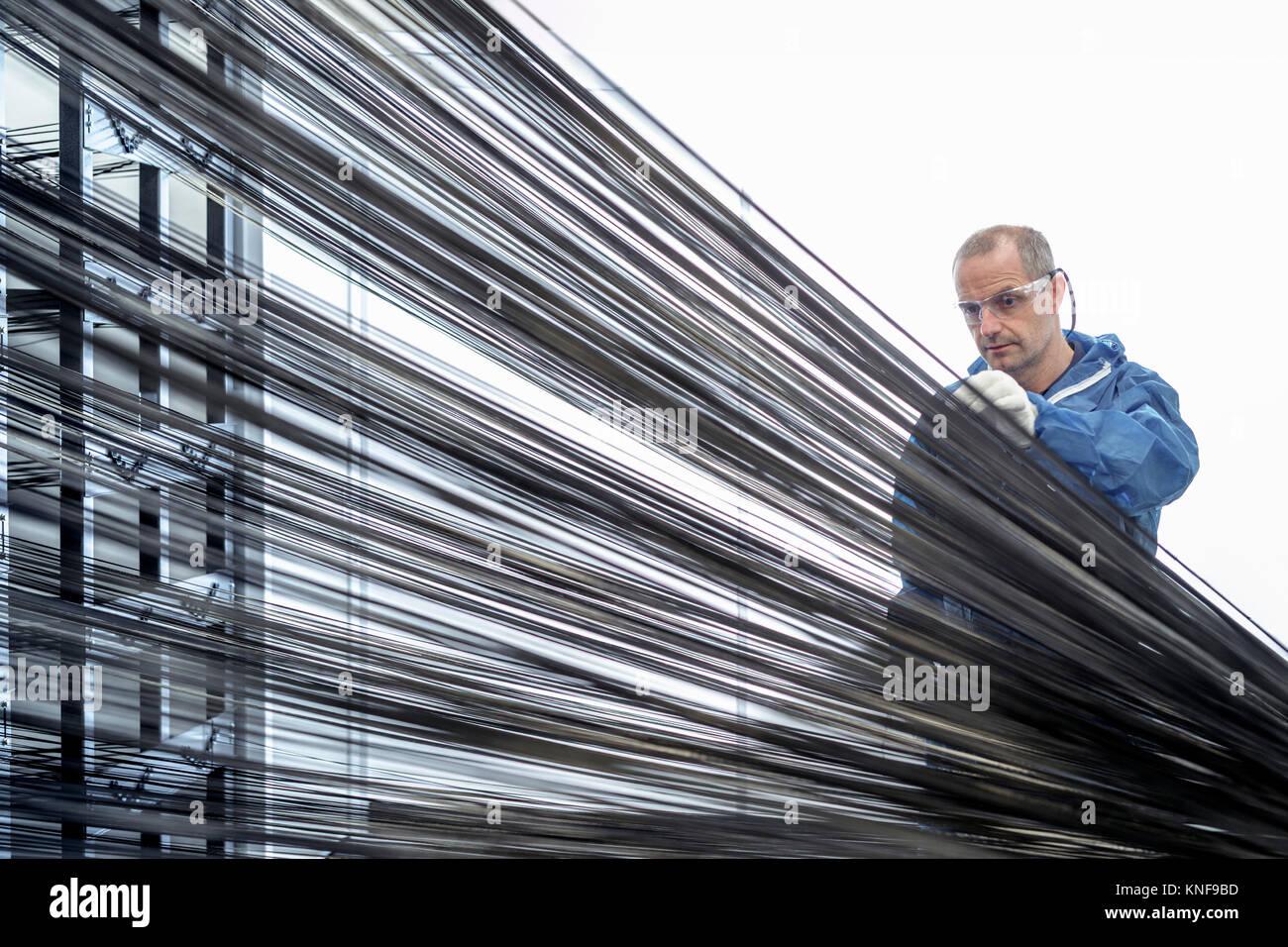Operator mit Carbon thread auf in Carbon Produktionsstätte Webstuhl Stockbild