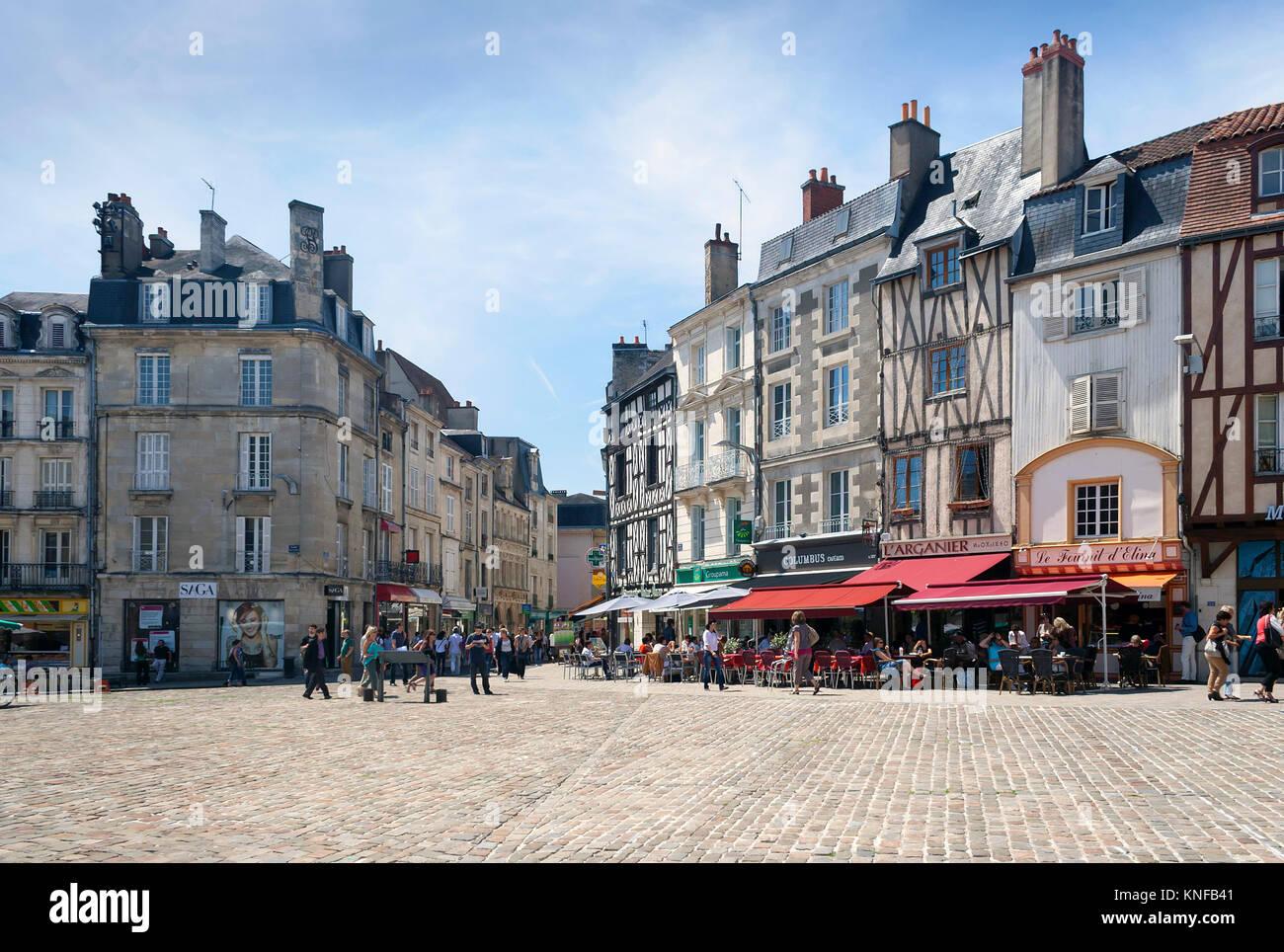 Poitiers, Nouvelle-Aquitaine, Frankreich - 03 Juli, 2012: Poitiers Straße mit architektonischen Gebäuden Stockbild