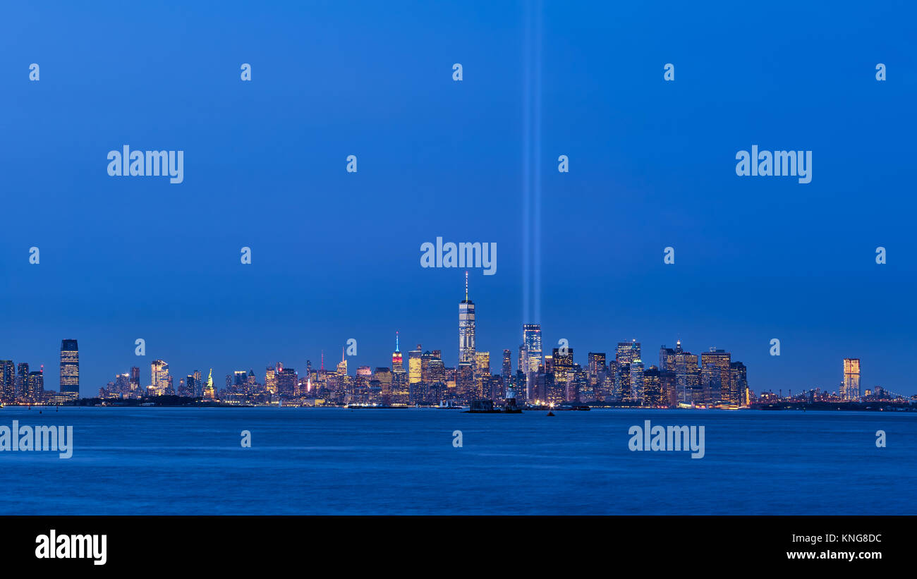 New York Skyline der Stadt mit Wolkenkratzern und zwei Balken der Tribute in Light. Lower Manhattan, Financial District, Stockbild