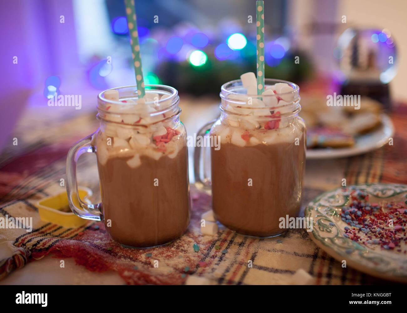 Zwei Becher mit Kakao und Marshmallows sind auf der Weihnachten ...
