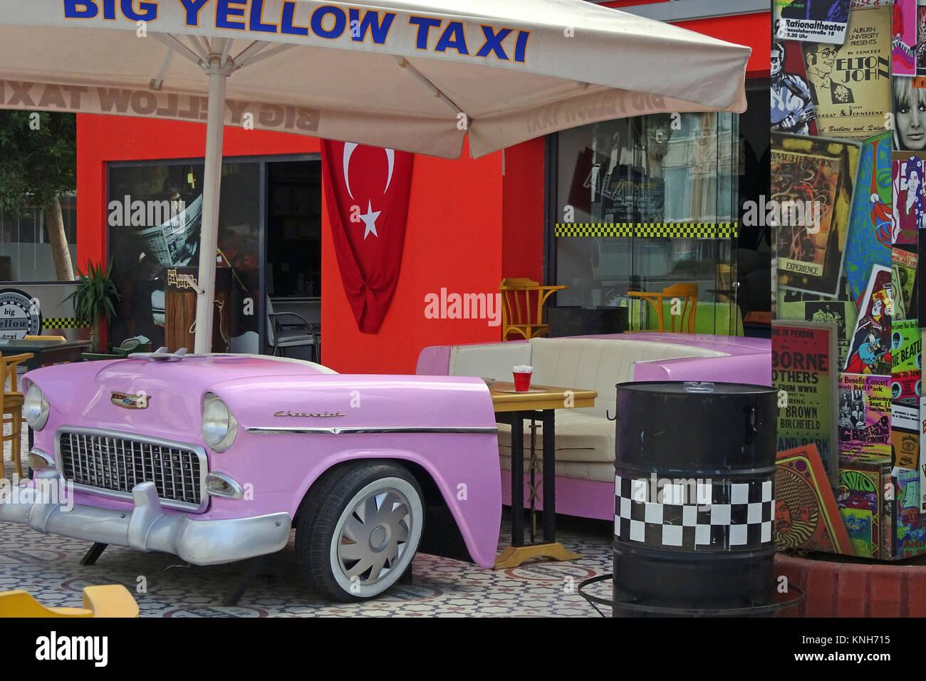 Stilistische Coffee Shop mit decorativ Oldtimer im Stadtzentrum von Alanya, Türkische Riviera, Türkei Stockbild