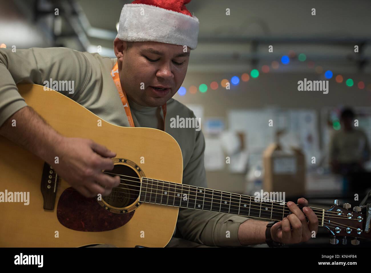 Ein US-Soldat spielt Weihnachtslieder auf einer Gitarre bei einem ...