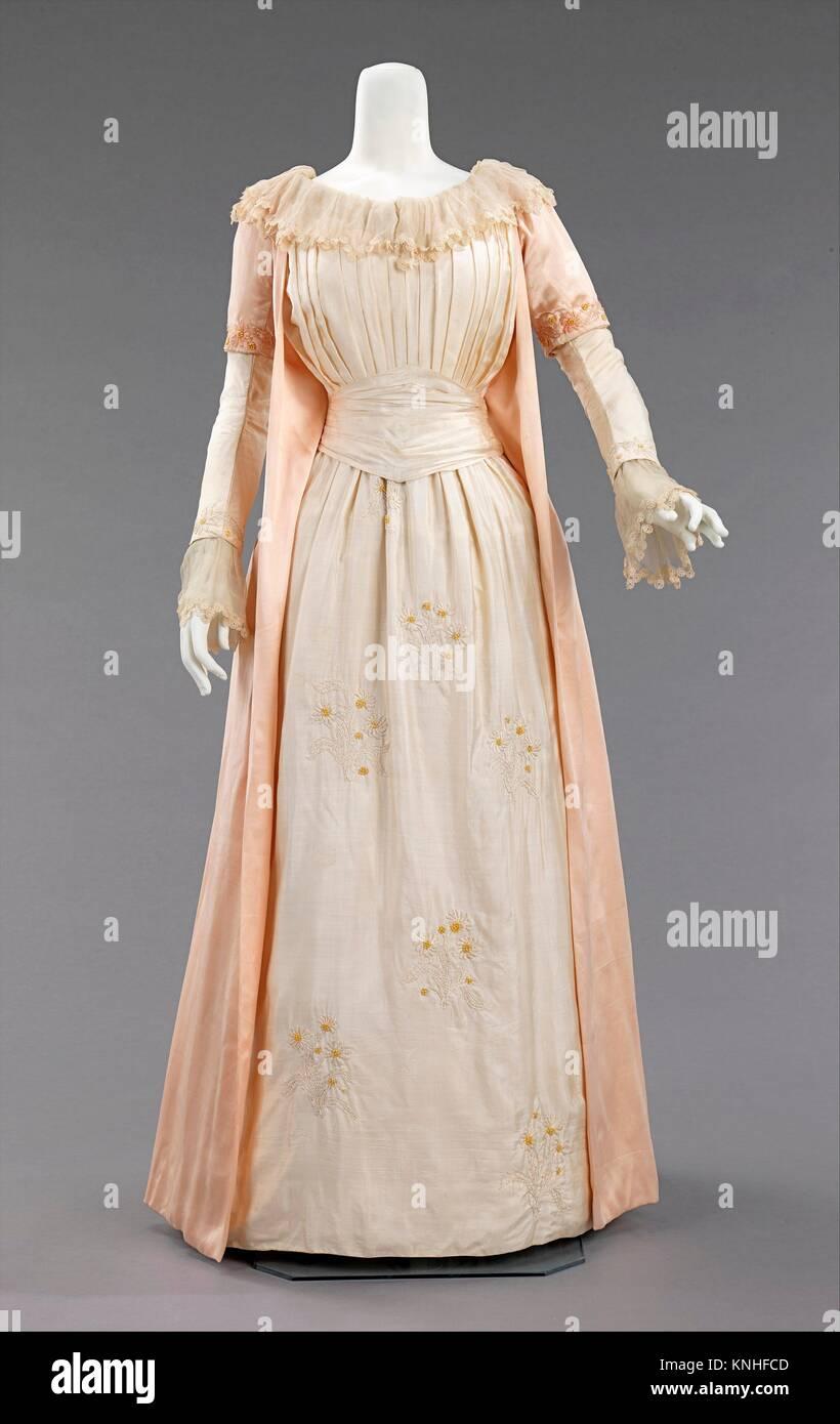 Tea Gown Stockfotos & Tea Gown Bilder - Alamy