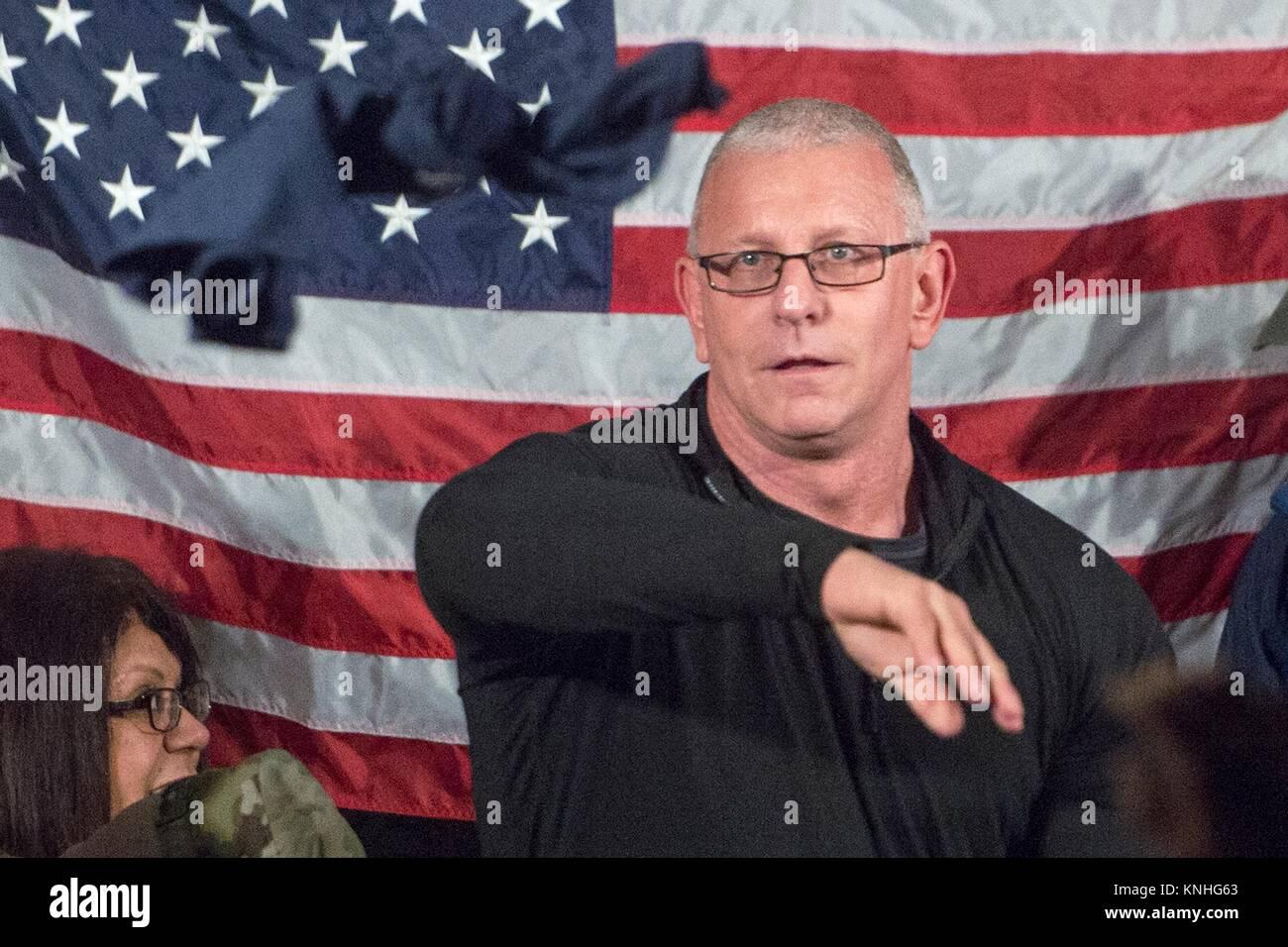 Starkoch Robert Irvine spricht mit US-Soldaten während des CJCS USO Holiday Tour 25. Dezember im Irak 2016. Stockbild