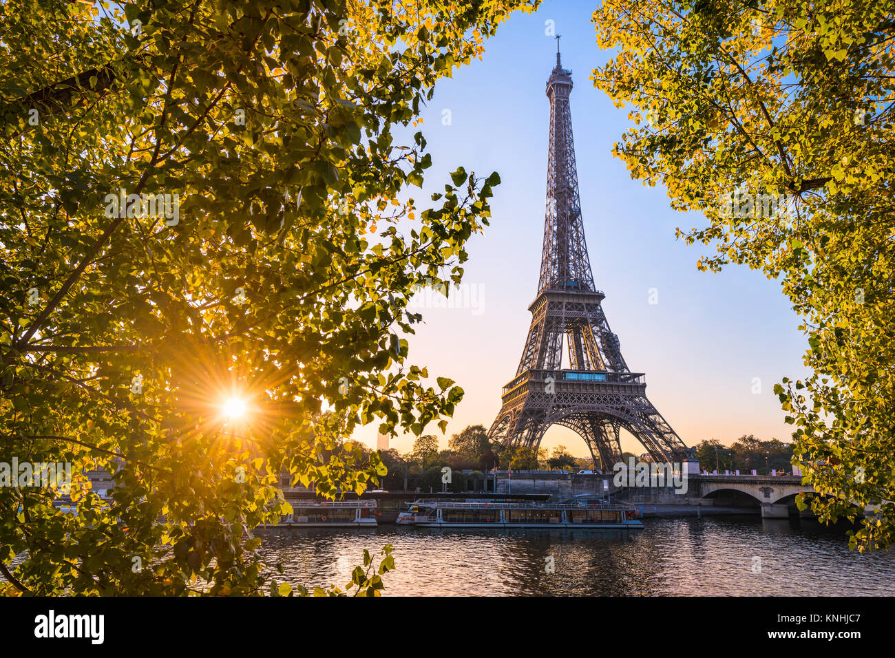 Sonnenaufgang auf dem Eiffelturm im Herbst, Paris Stockbild