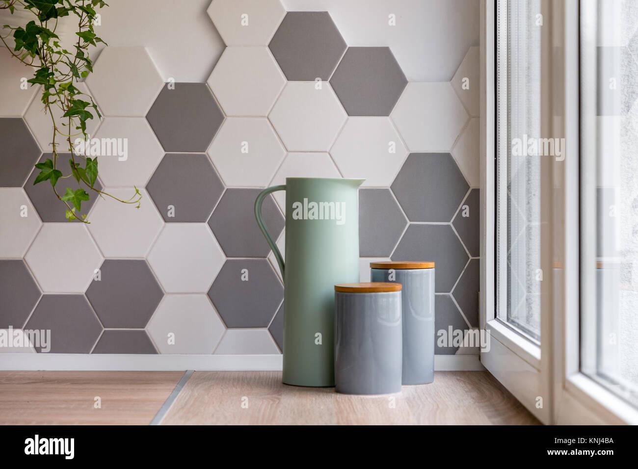 Home Interieur mit sechseckige Fliesen, Holz- Arbeitsplatte und ...