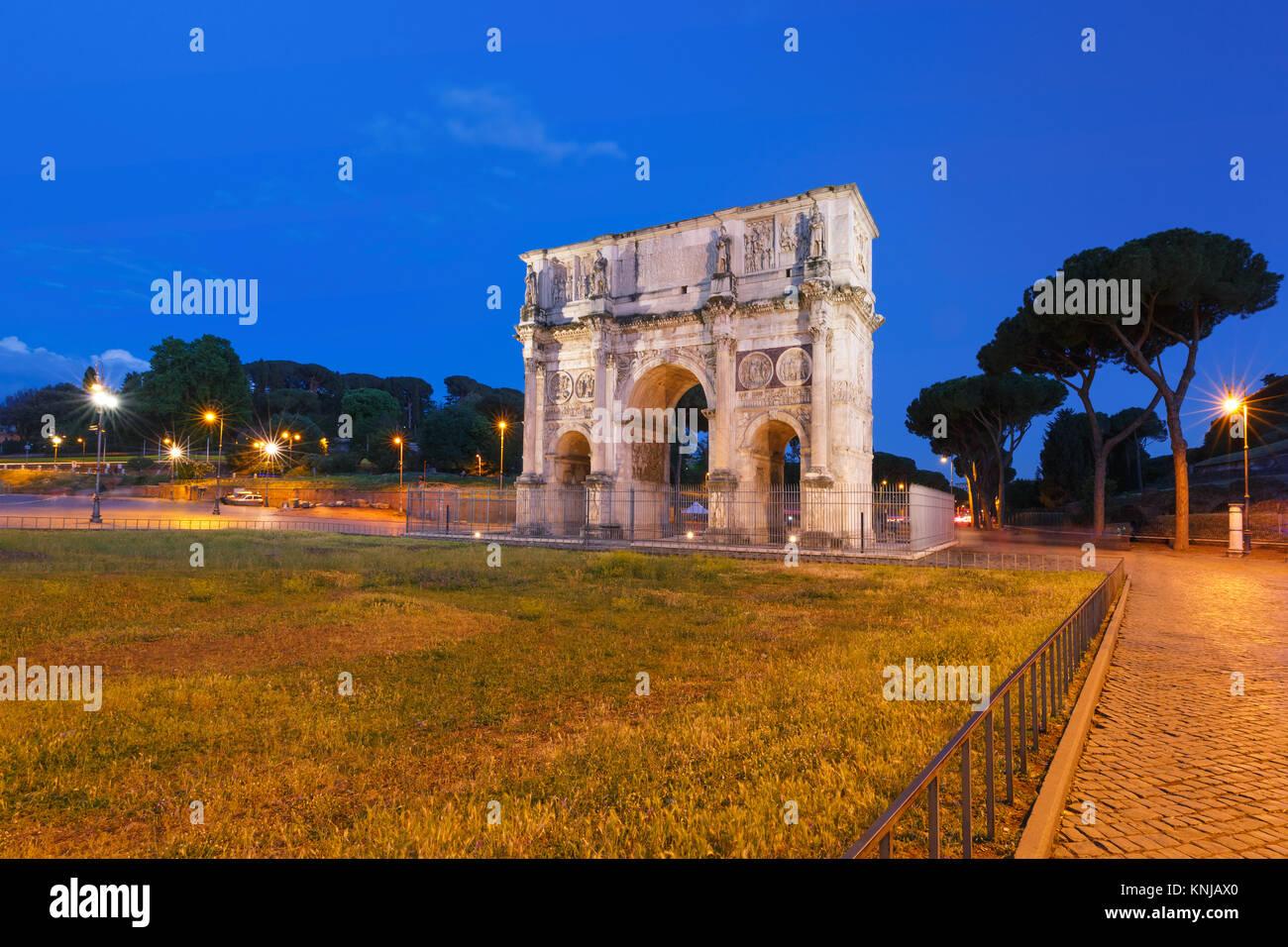 Der Bogen des Titus bei Nacht, Rom, Italien. Stockbild