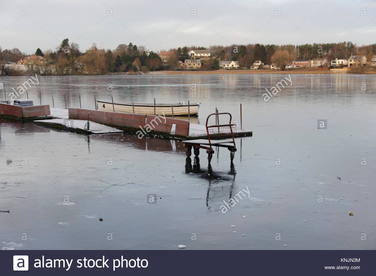 Linlithgow, UK. 12. Dezember, 2017. UK Wetter. Ein kofferwagen findet sich geheimnisvoll aufgegeben auf dem Eis Stockbild
