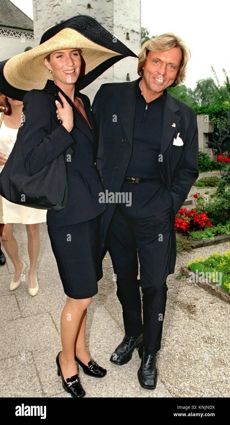 Archiv - der Mode Unternehmer Otto Kern und seine ehemalige Frau Sarah  zusammen auf einer Hochzeit am See Frauenchiemsee in der Nähe von Prien,  Deutschland, ... c4ec8c3c53