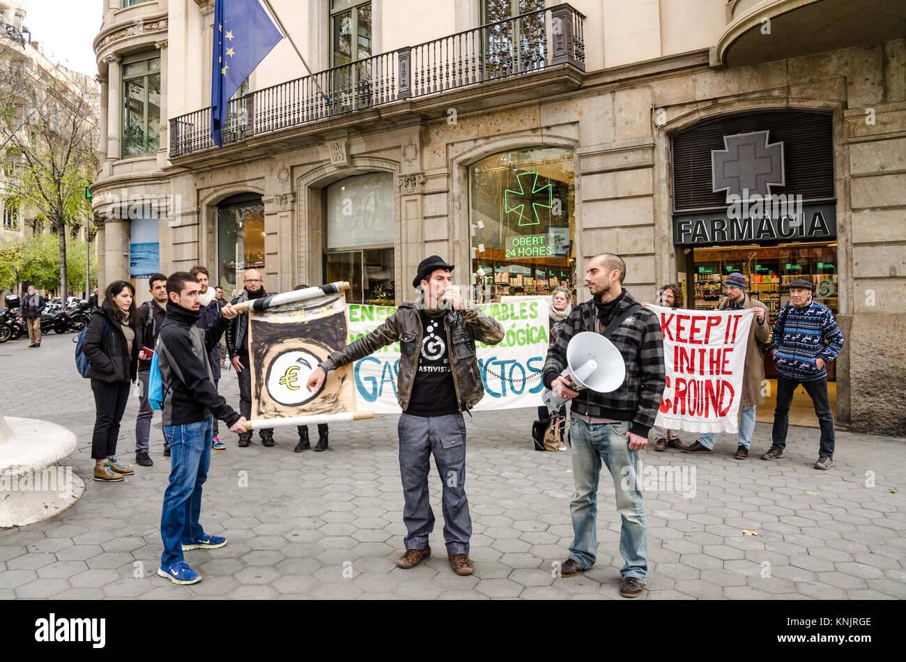 Barcelona, Katalonien, Spanien. 12 Dez, 2017. Mehrere Demonstranten mit Transparenten zugunsten der erneuerbaren Stockbild