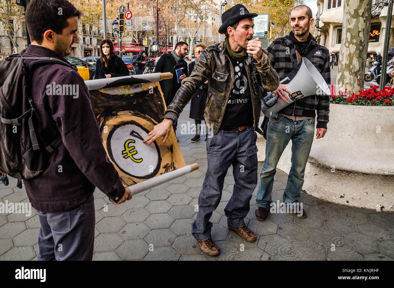 Barcelona, Katalonien, Spanien. 12 Dez, 2017. Eine Demonstrantin weist darauf hin ein Zeichen mit dem Euro Symbol Stockbild