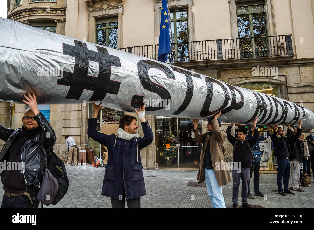 Barcelona, Katalonien, Spanien. 12 Dez, 2017. Mehrere Aktivisten gesehen zeigt ein aufblasbarer Globus mit dem Text Stockbild