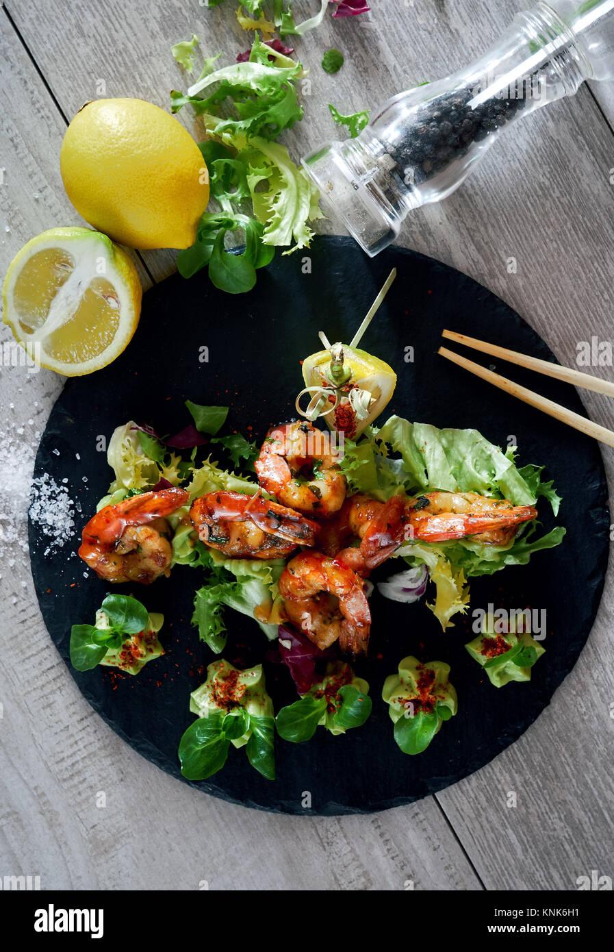 Grill gegrillte Garnelen mit Guacamole Salat Stockbild