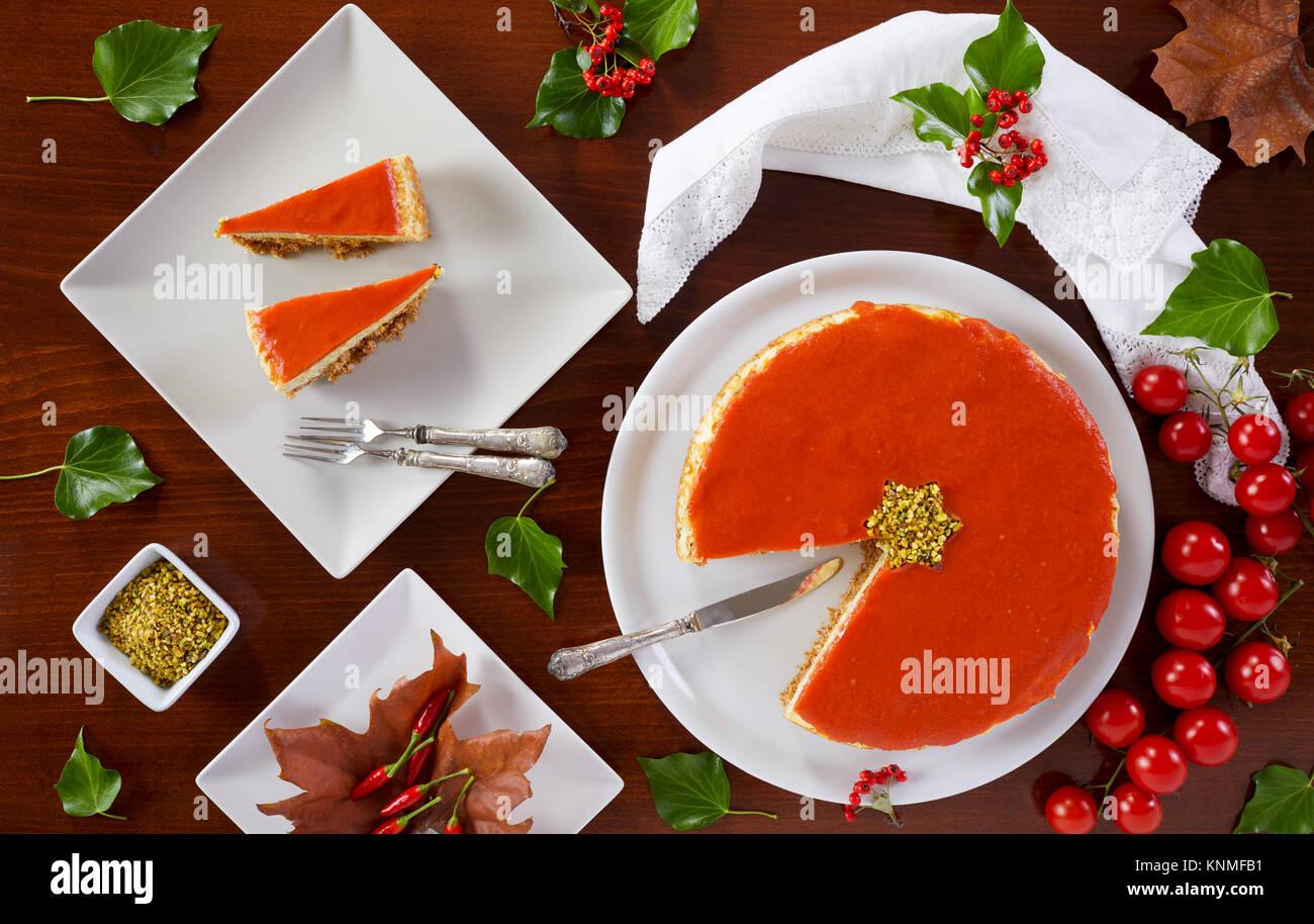 Herzhafte Käsekuchen für Weihnachten vorbereitet mit Käse, Zucchini, Pistazien und Tomatensauce. Stockbild