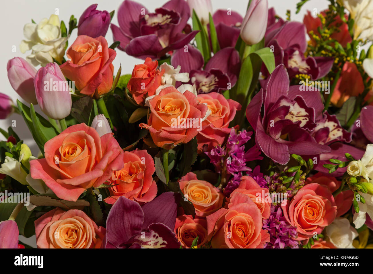 bouquet of roses and orchids stockfotos bouquet of roses and orchids bilder seite 3 alamy. Black Bedroom Furniture Sets. Home Design Ideas