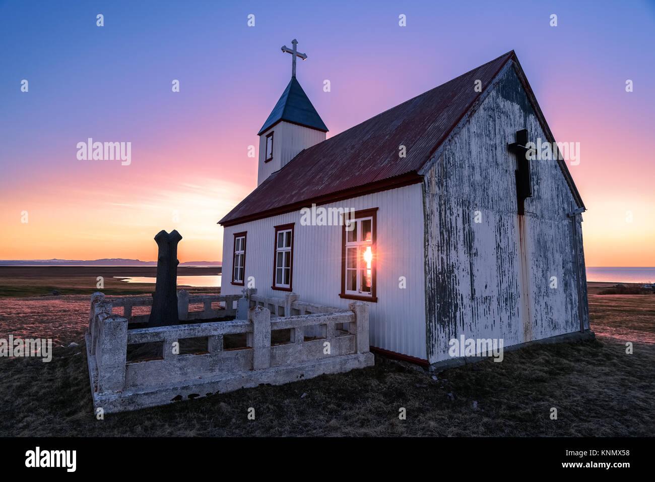 Sonne scheint durch die Kirche bei Sonnenuntergang in Island Stockbild