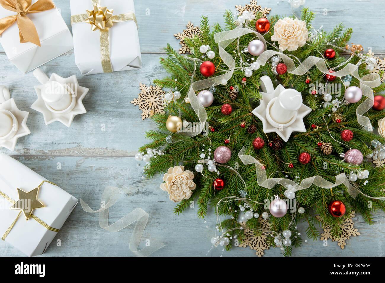 adventskranz dekoriert mit wei en kerzen auf blau holz hintergrund stockfoto bild 168291899. Black Bedroom Furniture Sets. Home Design Ideas