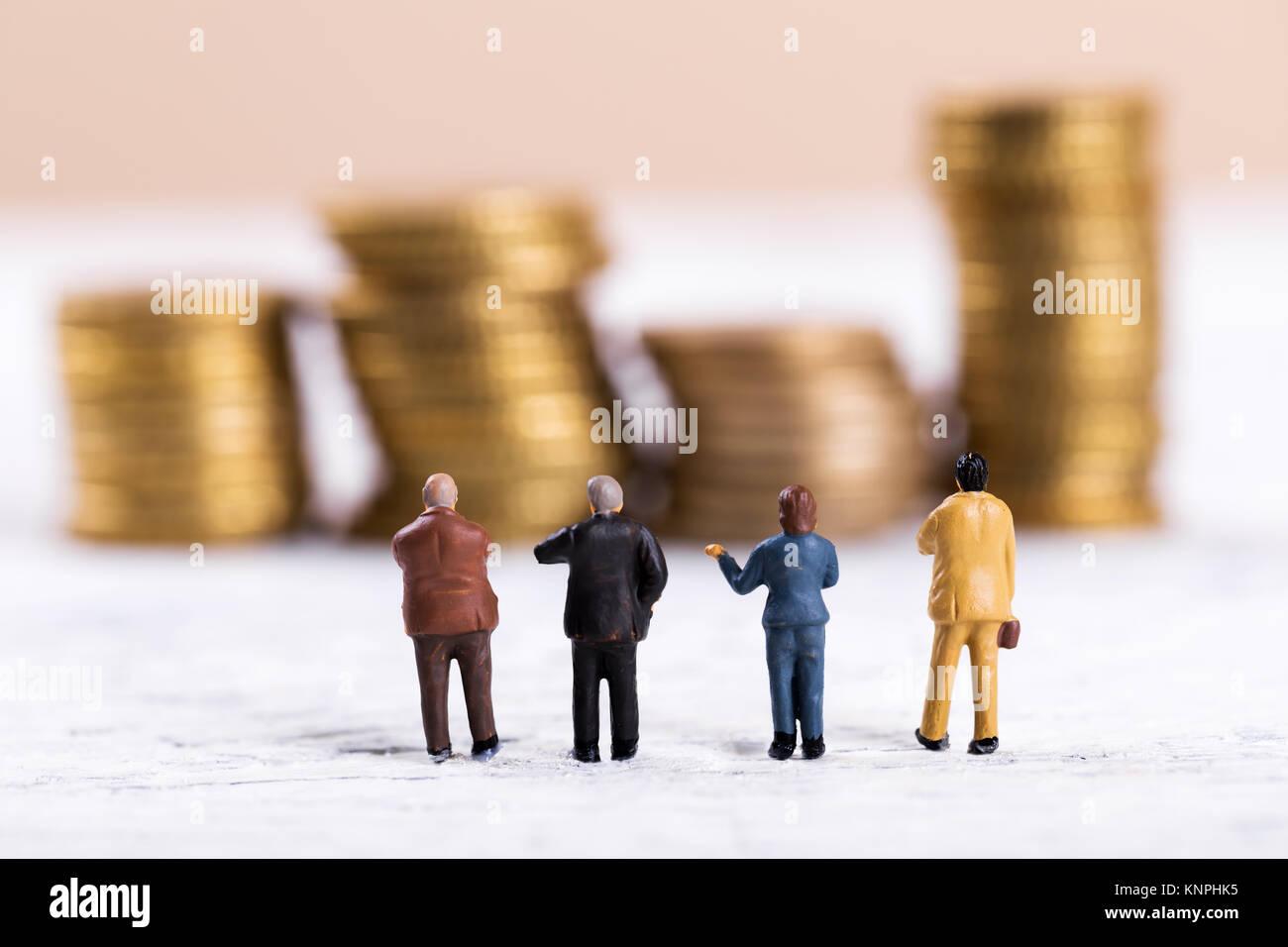 Geschäft Leute diskutieren über Geld Stockbild