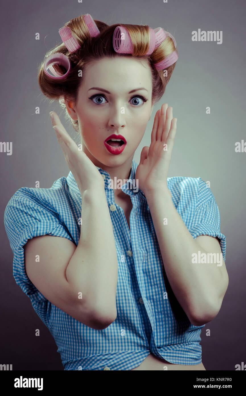 Junge Frau Mit Lockenwicklern, Pin-Up - junge Frau mit Haar-Walze Stockbild