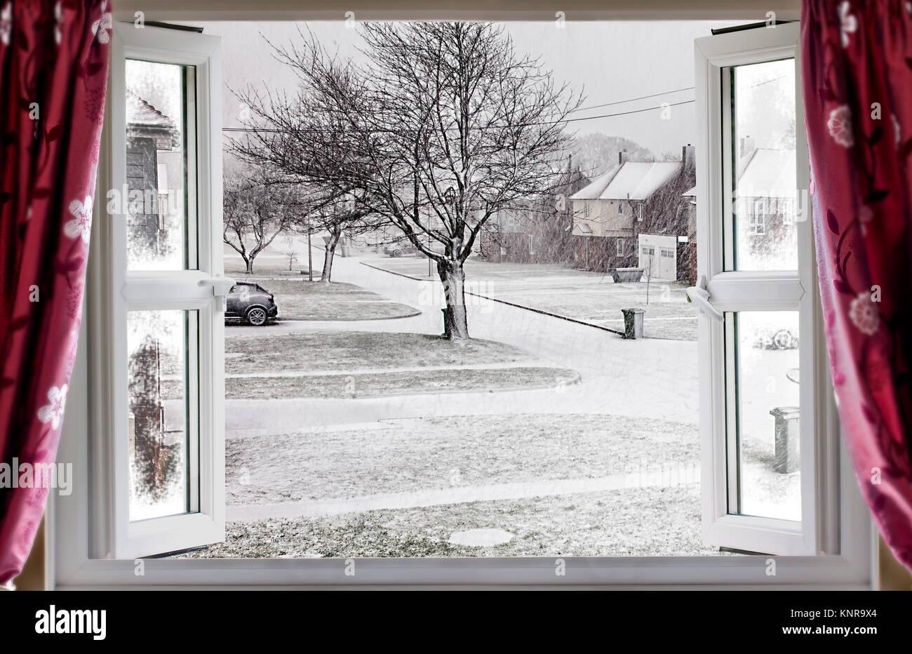 blick durch die offenen fenster auf einen sch nen winter schnee stra e szene im l ndlichen. Black Bedroom Furniture Sets. Home Design Ideas