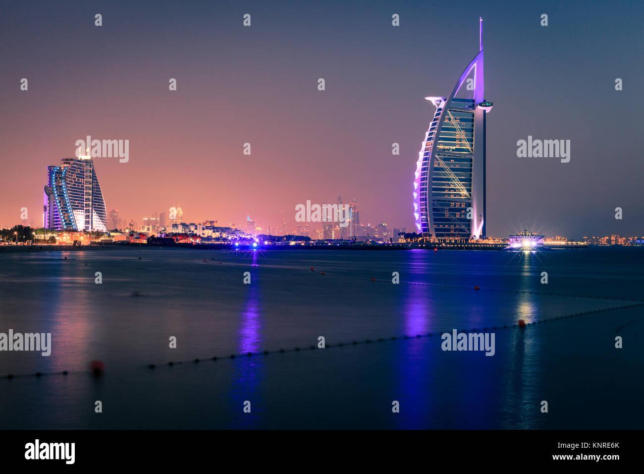 Dubai, VAE, 7. Juni 2016: Blick auf den weltberühmten Burj Al Arab und Jumeirah Beach Hotels bei Nacht Stockbild