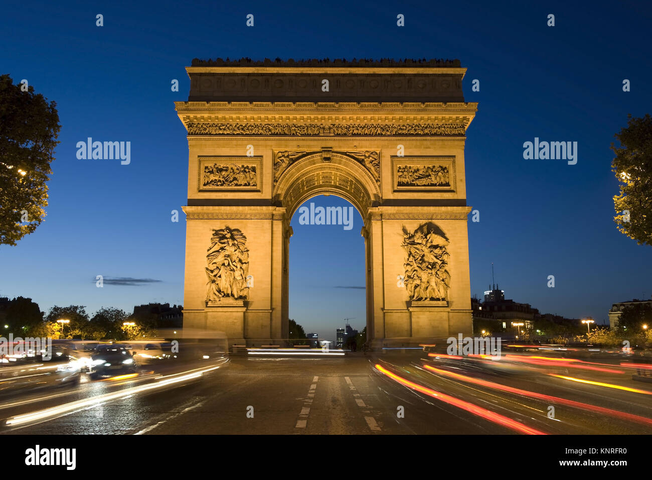Beleuchteter Arc de Triomphe Bei Nacht, Paris, Frankreich Stockbild